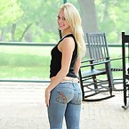 Young girl shows her ass in tight jeans
